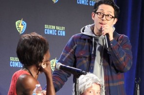 "Steven Yeun Gets Cookies from ""Carol"" at SVCC 17"