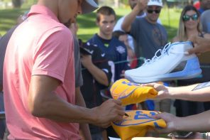 Stephen Curry fans PLEAD for autographs on golf course